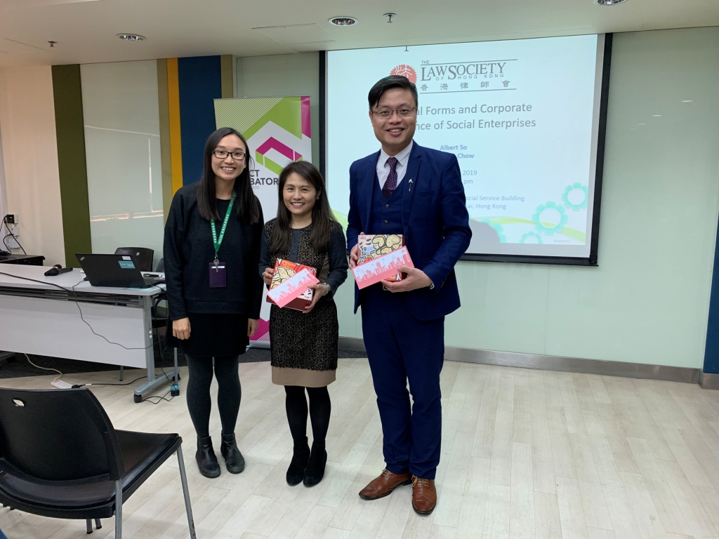Staff of SEBC presented souvenirs as a token of thanks to Mr. So (right) and Ms. Chow (middle).